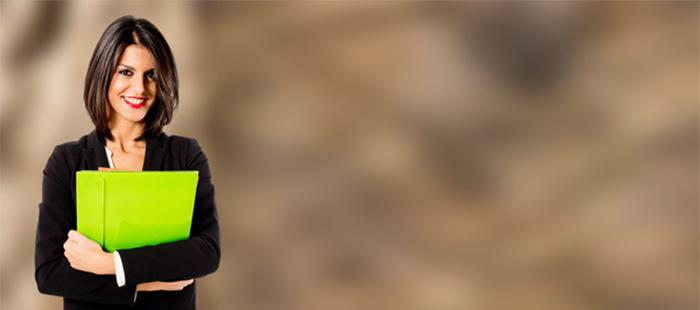 femme qui porte un dossier nelumbia